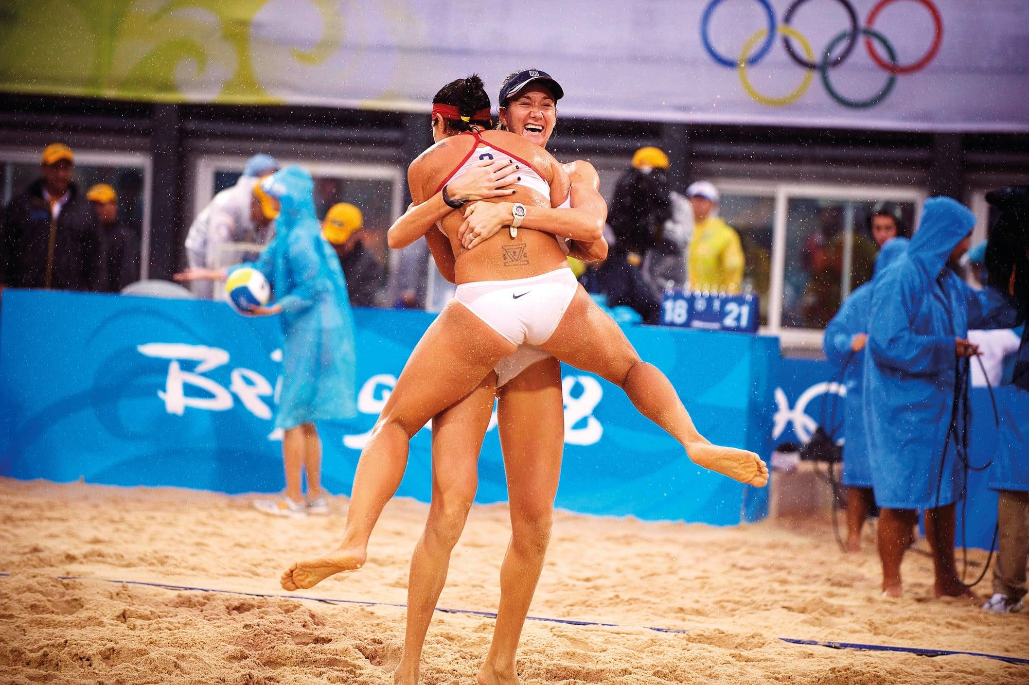 Пляжный волейбол женщины на раздевание