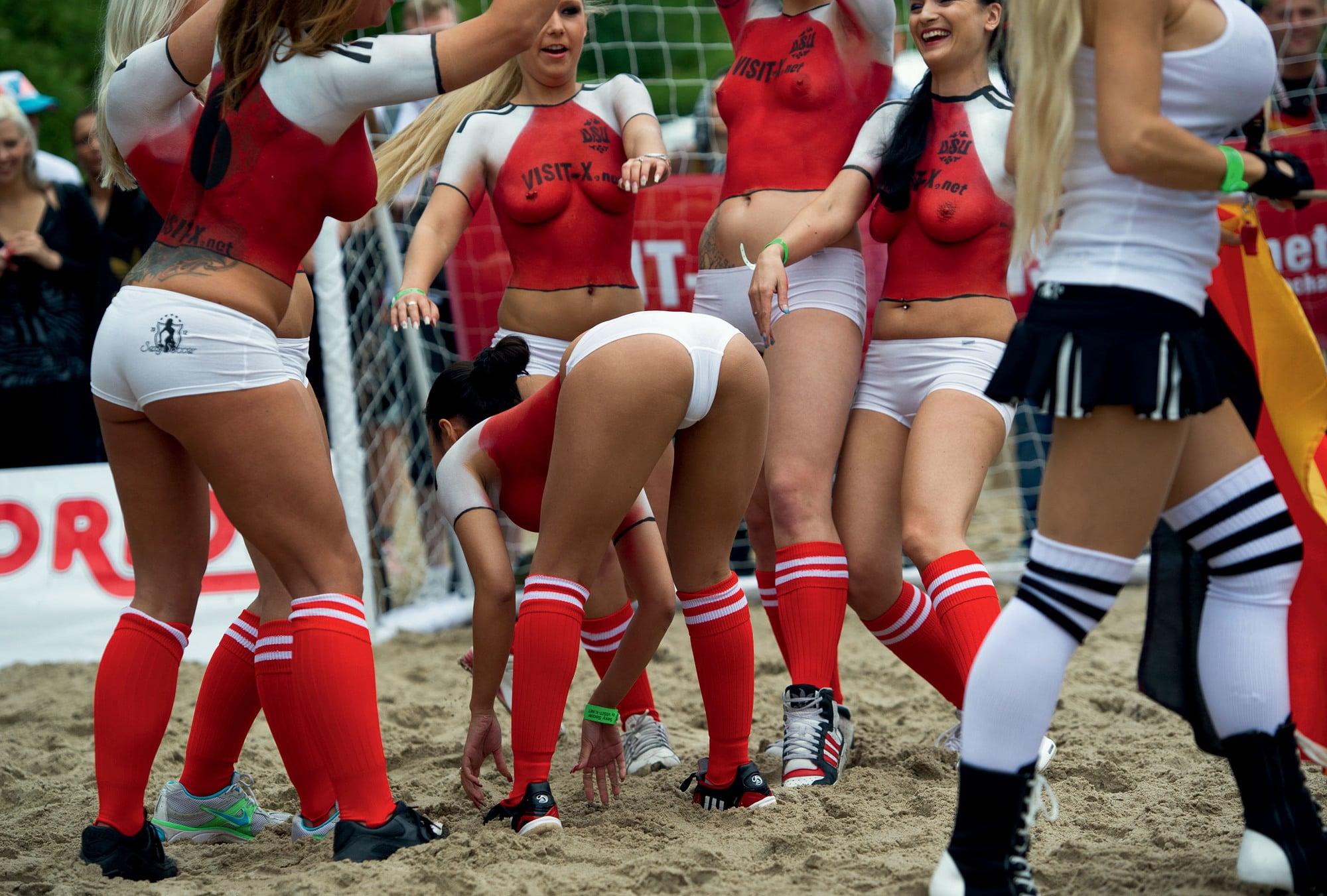 Фото футбольного матча между немецкими и датскими порно актрисами (24